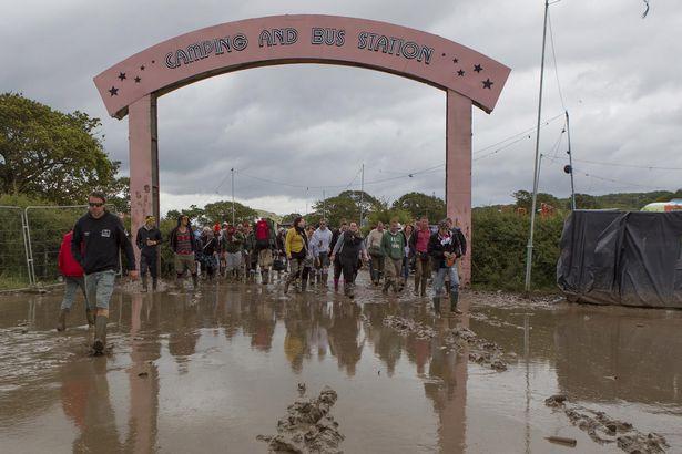 Dal Daily Mirror un'immagine del Festival 'bagnato'