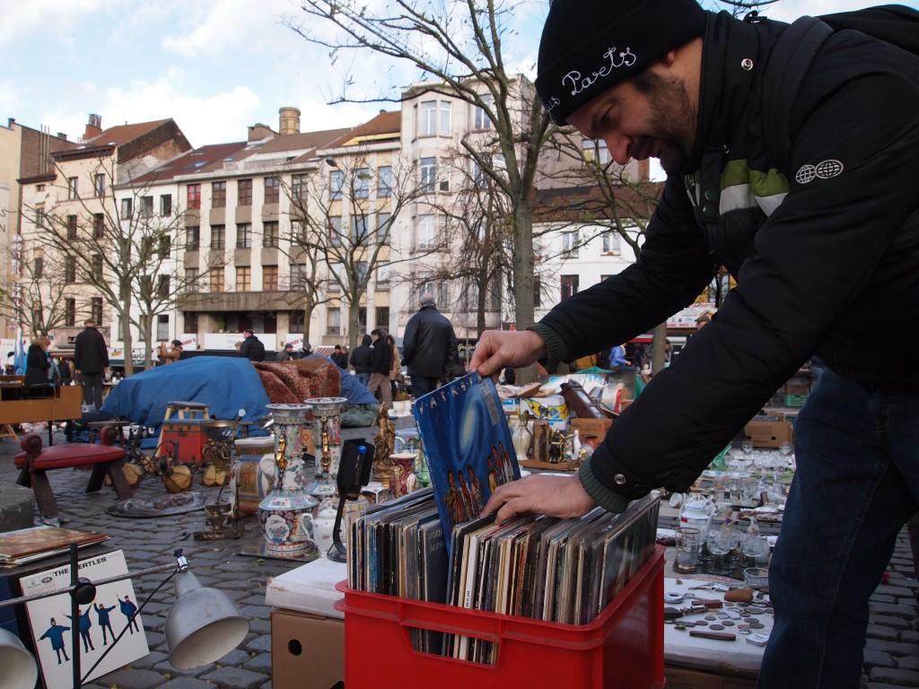 Marco sbirciua tra i dischi del mercato delle pulci