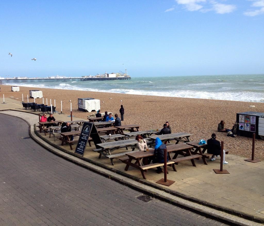 tavoli dei pub sulla spiaggia
