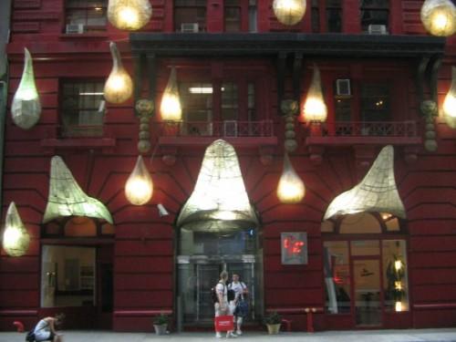 L'esterno dell'hotel e Gloria. Foto di Marco