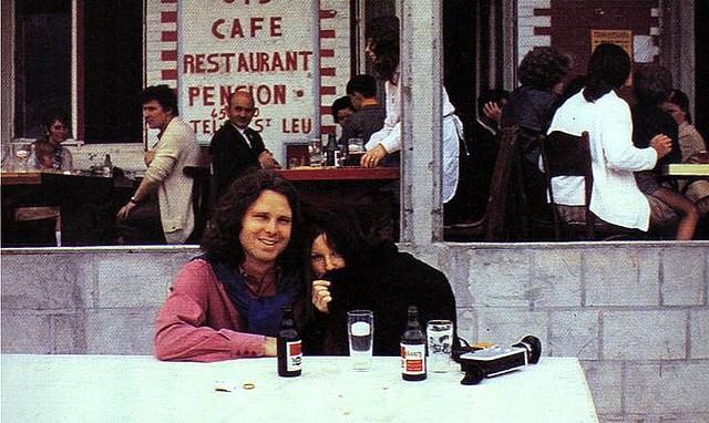 Jim e Pamela ritratti in un bistro parigino