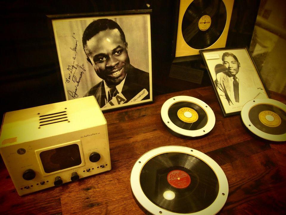 Alcuni dei dischi in mostra, foto di Gloria Annovi