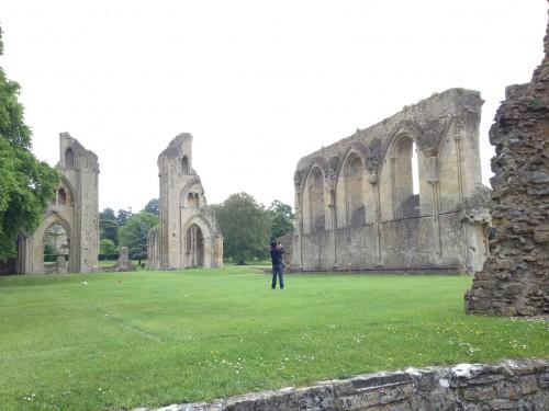 Marco tra i resti della Cattedrale Glastonbury