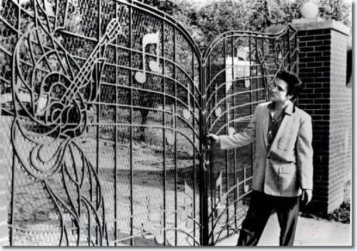 Elvis davanti all'entrata