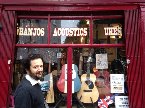 Marco davanti ad Hank's guitar