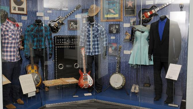 Una vetrina dedicata a John Fogerty, foto del Grammy Museum