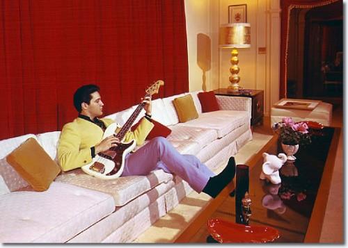 Elvis suona la chitarra tra le mura di graceland