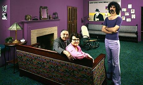 Zappa cn mamma e papà nella sua casa