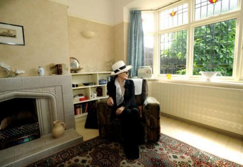 Yokjo in visita nella casa-museo di Lennon a Liverpool. rinominata Mendis