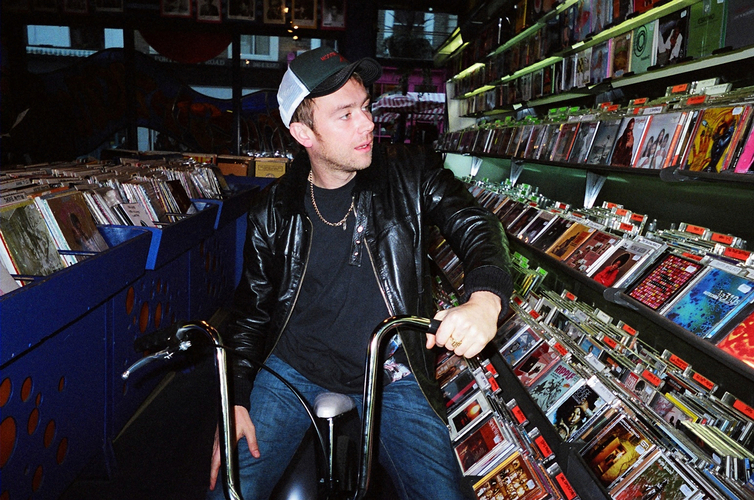 Damon tra gli scaffali di Honest Jon's. Photographer: Louise Butterly