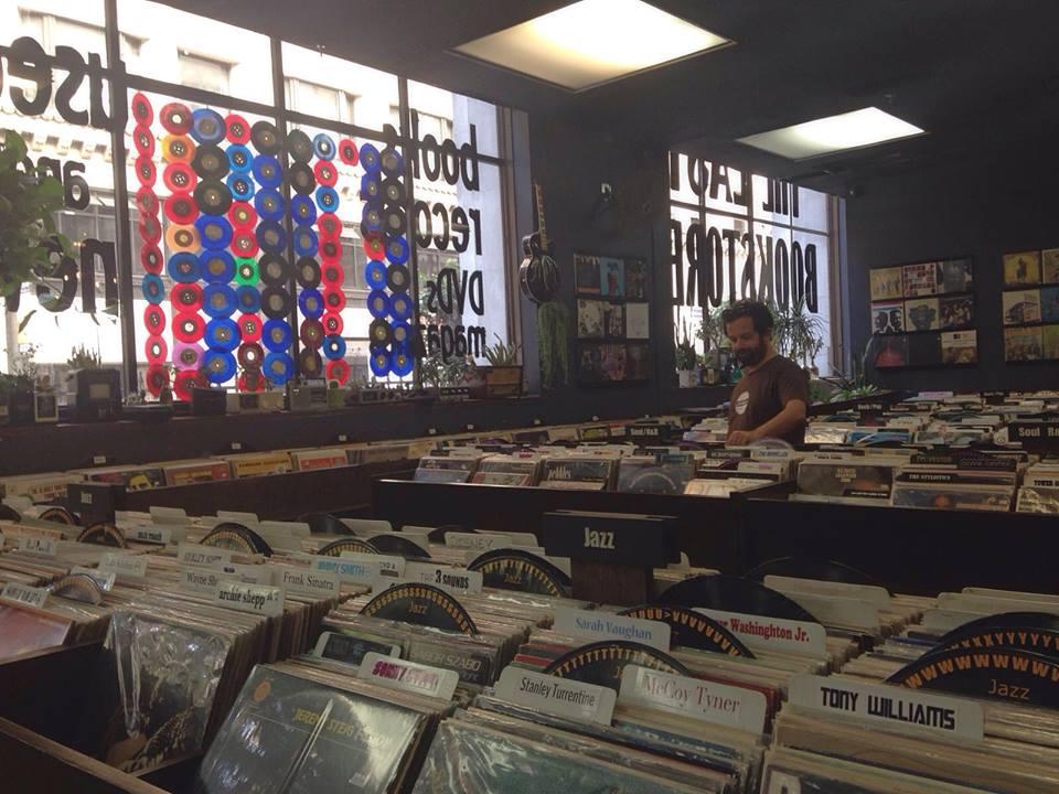 Marco tra i dischi di Last Book Store, LA