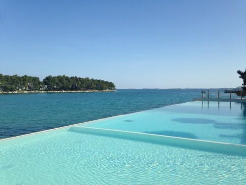 piscina sopra il mare