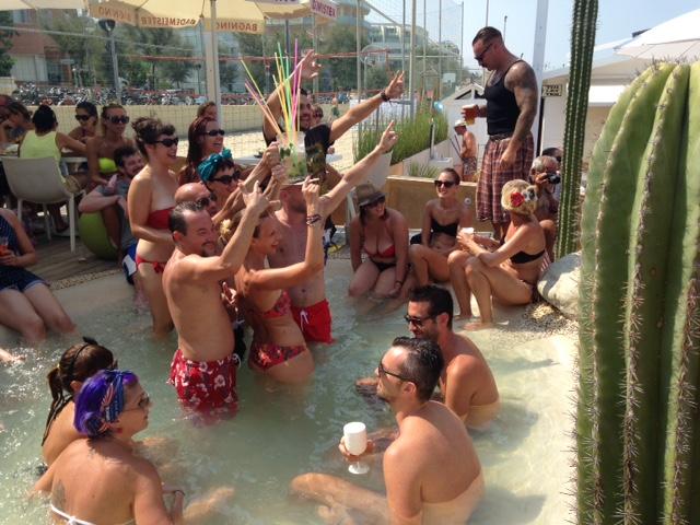 Ragazzi nella piscina del Mascalzone, foto di Gloria