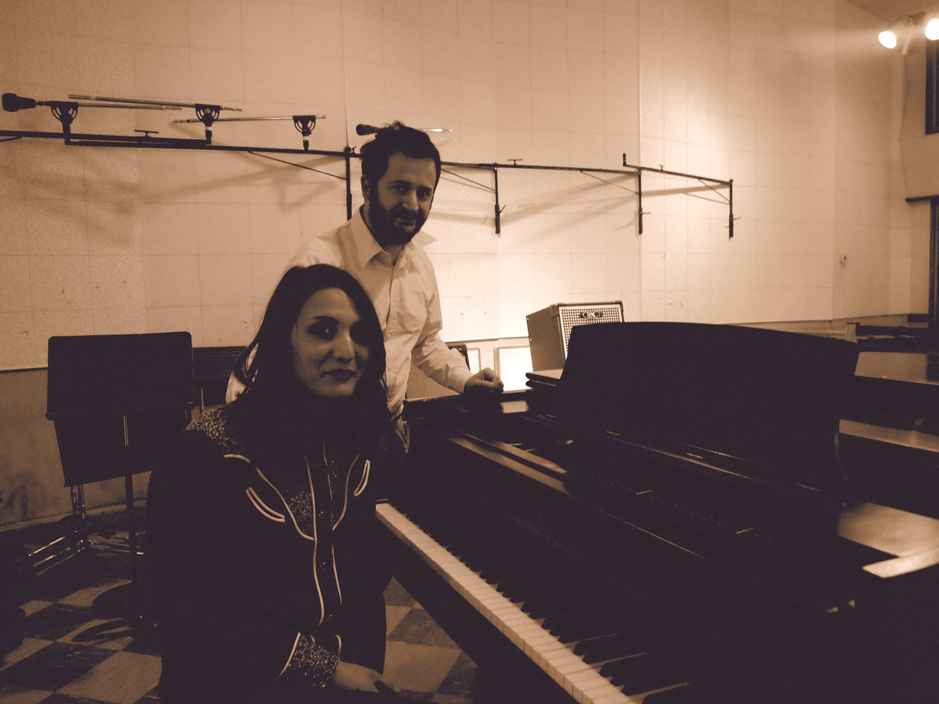 Io e Marco davanti al pianoforte usato anche da Elvis