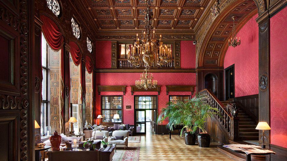La lobby dell'hotel oggi