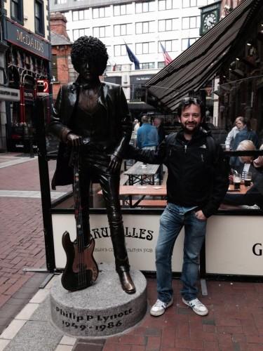 Marco davanti alla statua di Phil Lynott