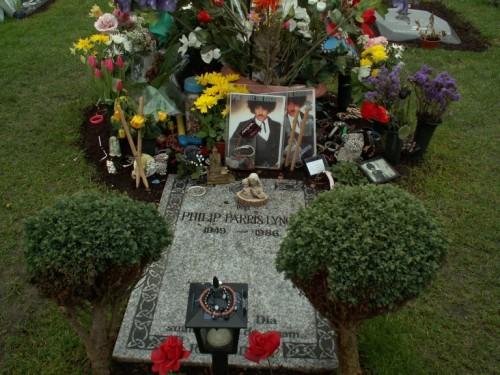 La tomba di Phil Lynott (Thin Lizzy), St Fintans Cemetary, Sutton, Dublin Credit www.ankh.co.nz