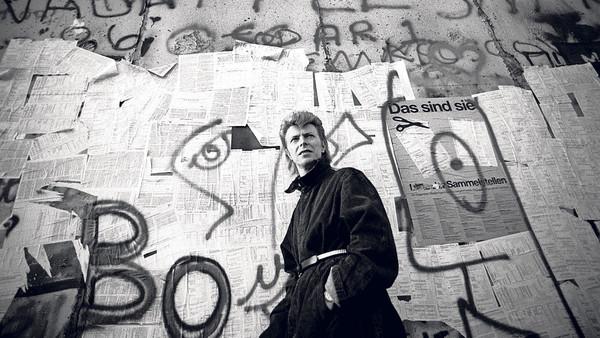 Bowie davanti al muro nel 1987