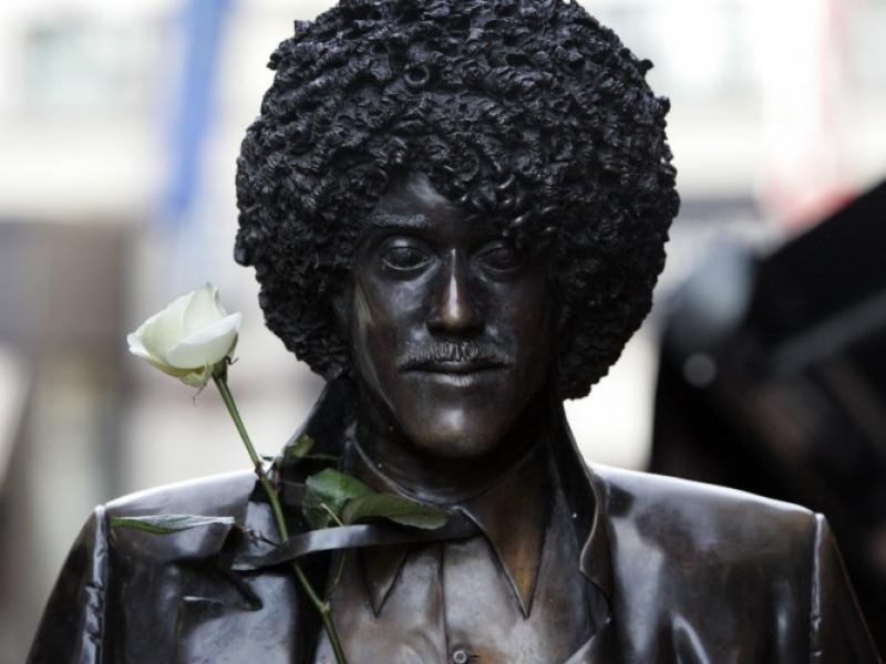 Un fiore sulla statua di Phil