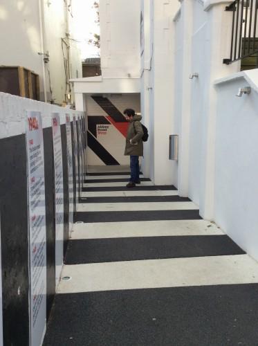 Marco all'entrata del Museo