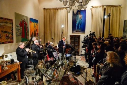 Renzo Arbore nella casa di Lucio Dalla a Bologna, 2 marzo 2015. (LaPresse/Ufficio stampa Fondazione Lucio Dalla)