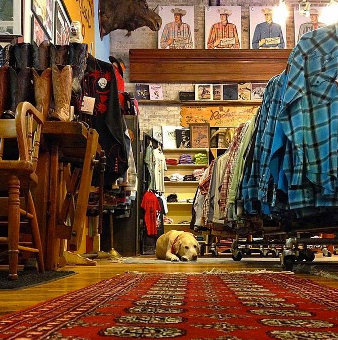 Linterno del negozio, foto credit Rockmount FB