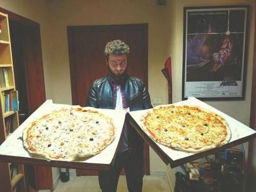 I Postcards in Tour in Italia ordinano una due maxi pizze