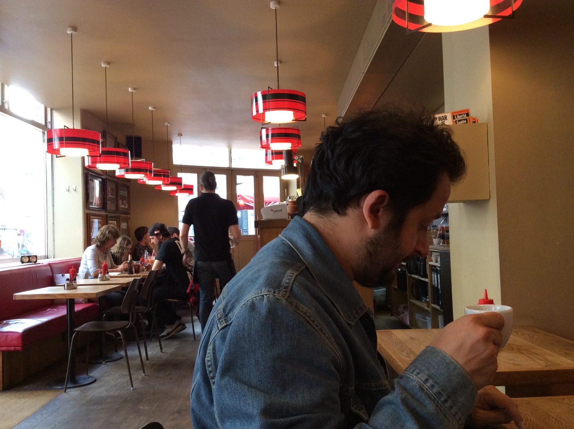 Marco seduto in un caffè