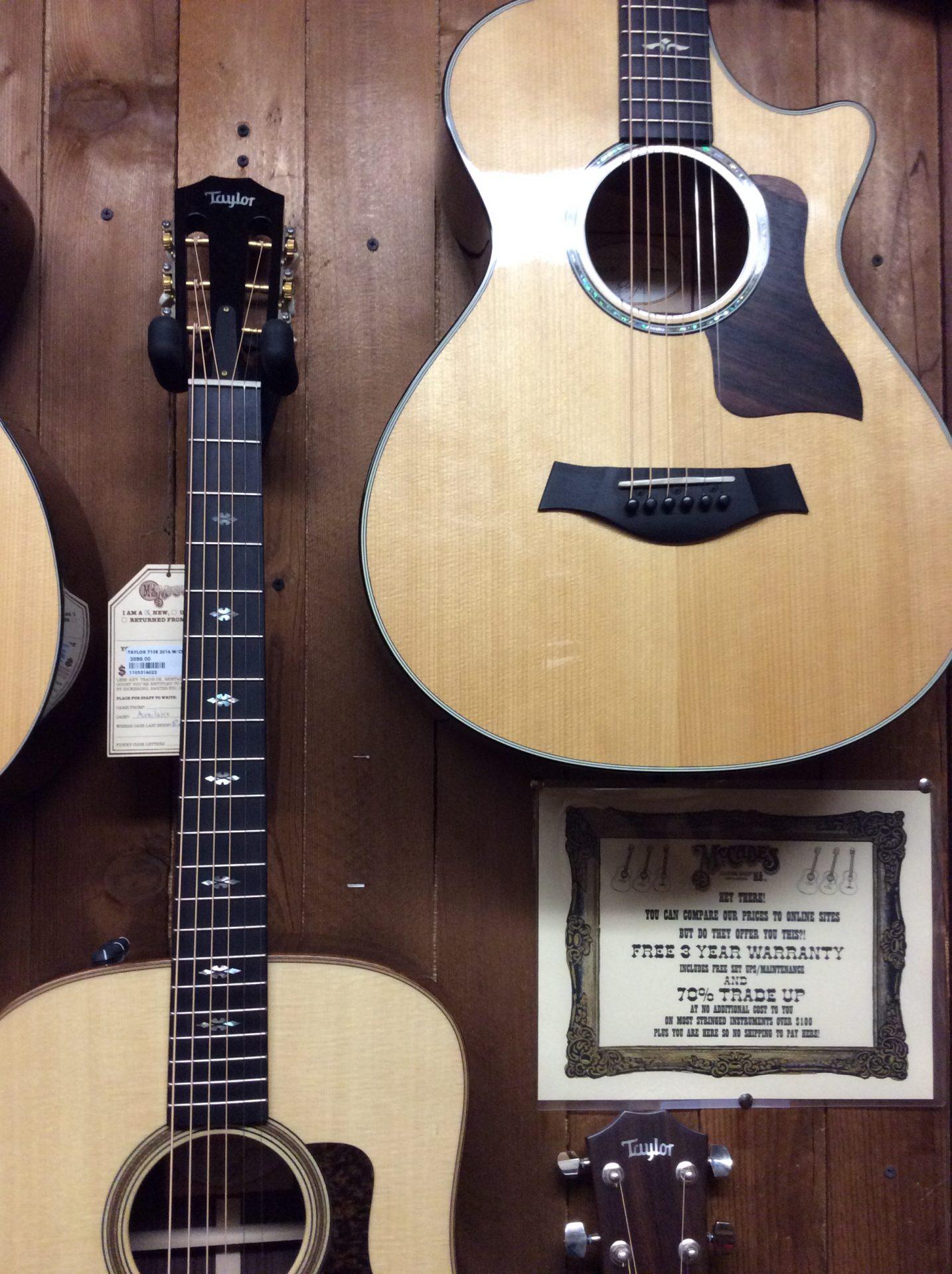 Alcune chitarre acustiche, foto di Gloria