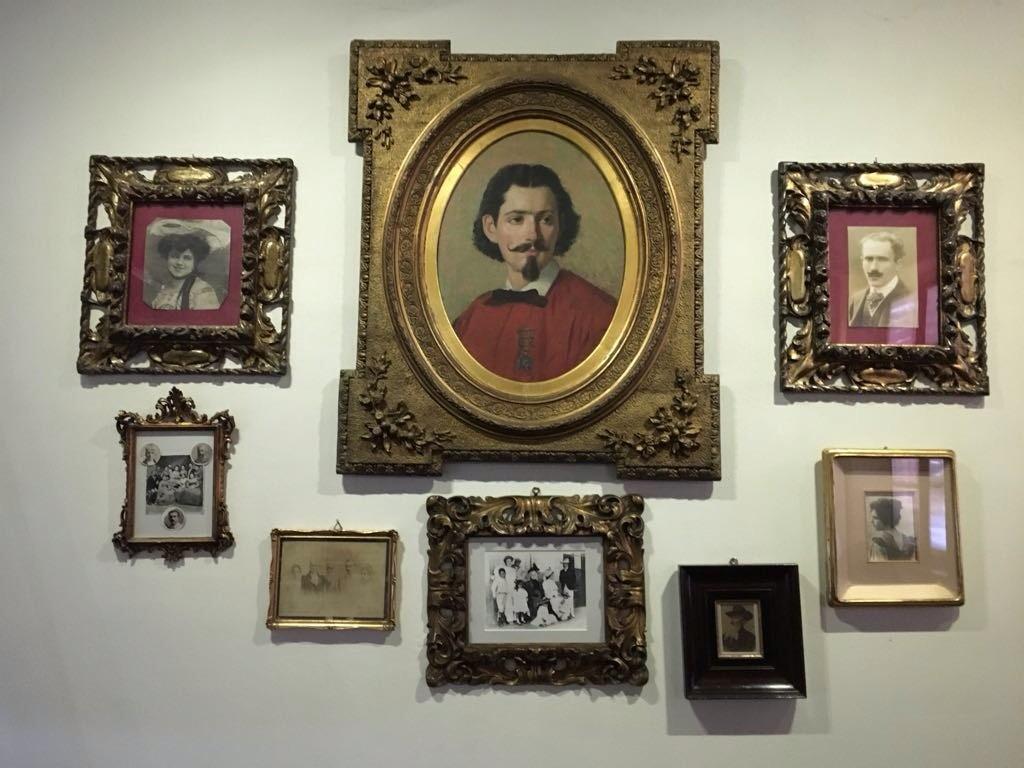 I quadri appesi alla parete dell'ex camera da letto. Foto di Gloria