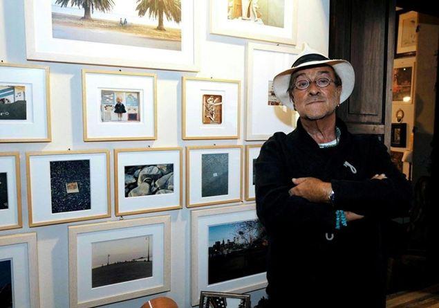 Lucio davanti ai quadri di Luigi Ghirri nel suo appartamento di Via D'Azeglio