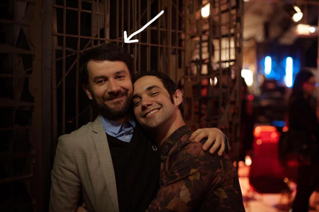 Corrado che abbraccia l'amico musicista COSMO
