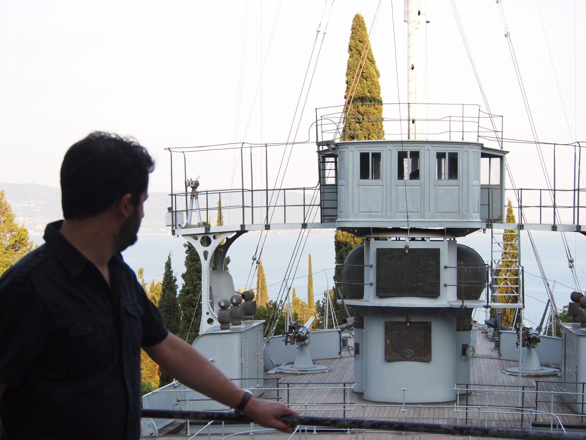 Marco davanti alla Nave Puglia