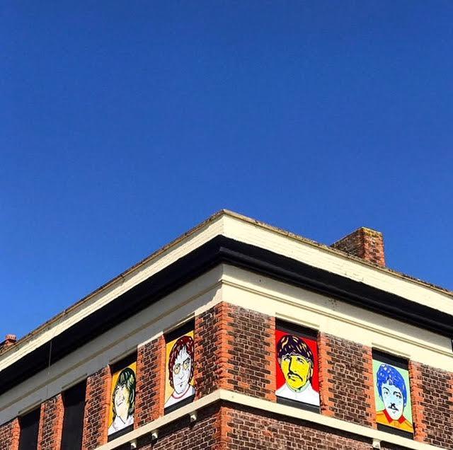 Oggi sul pub sono stati dipinti i volti dei Beatles